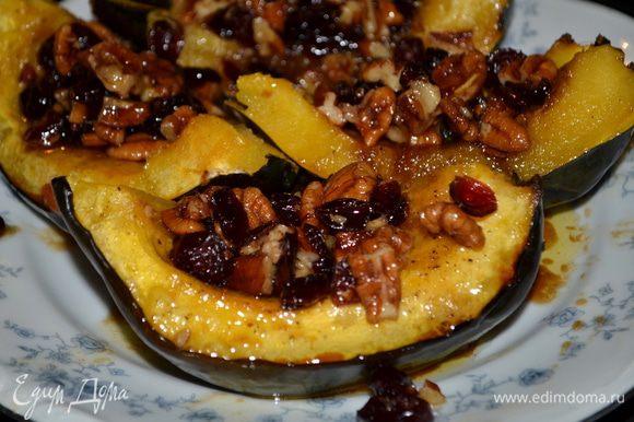 Готовые тыквочки сбрызнуть сливоч.маслом с орехами и клюквой и подавать к столу. Можно разрезать по желанию каждую часть на четвертинки.