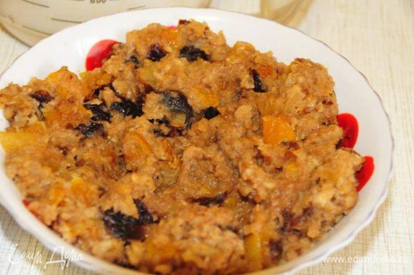 Начинка: в сковороде растопить масло, добавить натёртые на крупной тёрке очищенные яблоки, мелко порубленные орехи, мёд, мелко порезанные чернослив, курагу и цукаты. Добавить корицу и потушить 5-7 минут. Остудить. Распределить на слой теста.