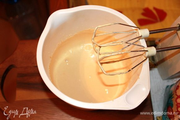 Для теста: Сахар смолоть в пудру (не обязательно, мне так удобнее). Желтки и сахар взбивать так долго, чтобы кремообразная масса стояла (без миксера не обойтись).