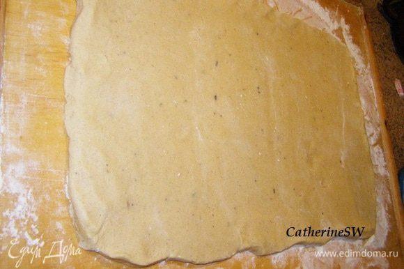 На присыпанной мукой доске тесто раскатать в прямоугольный пласт толщиной около 3-4 мм.