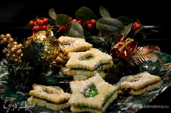 Готовому печенье дать остыть полностью. Затем прослоить джемом. И можно сверху обсыпать сахарной пудрой. Приятного аппетита и праздника!!!