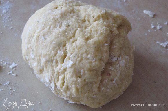 Добавить к муке 3 куриных яйца и замесить довольно крутое тесто.