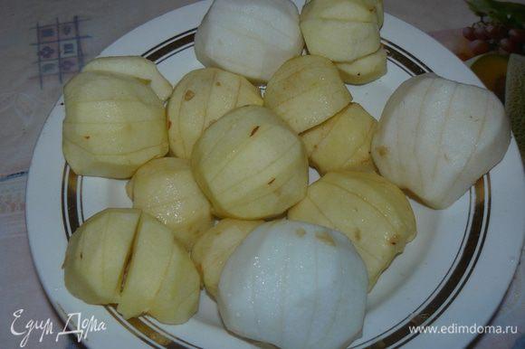Яблоки разрежте пополам, очисте от кожицы и семенной коробочки. Сделайте на выпуклой поверхности несколько параллельных надрезов, полейте лимонным соком. Яблоки у меня разных оттенков на фото , так как разных сортов использовала яблоки ( чего осталось)