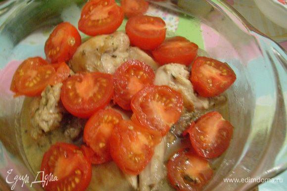Выложить куски кролика в жаропрочную посуду, залить вином. Сверху выложить помидоры черри, порезанные пополам,