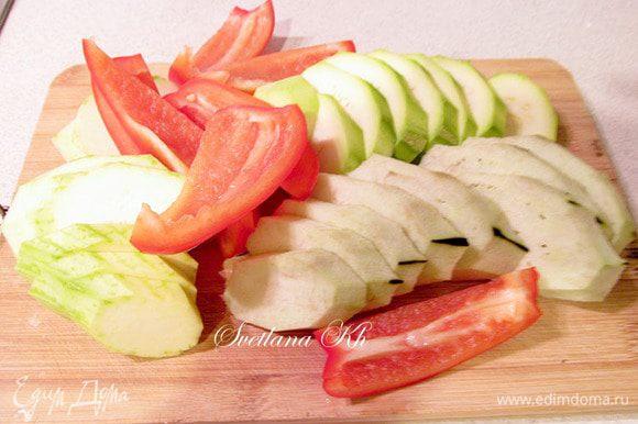 Овощи для гриля очистить и нарезать не тонко, примерно 6-7 мм толщиной.