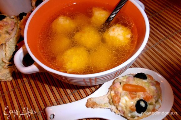 Такие ложки с салатом я подавала вместе с куриным супчиком (http://www.edimdoma.ru/retsepty/50076-bulon-posleprazdnichnyy-s-syrnymi-klyotskami)