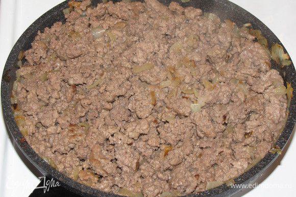 Пока тесто поднимется, приготовим начинку. Обжарим на растительном масле мелко порезанный лук, добавим фарш, посолим, поперчим. Готовим до готовности фарша, перемешивая и разбивая комочки кулинарной лопаткой. По желанию в фарш можно добавить немного кетчупа.