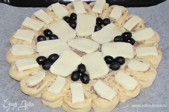 На середину выложим оставшуюся начинку. Порежем сыр моцарелла и выложим сверху на начинку. По желанию добавим оливки.