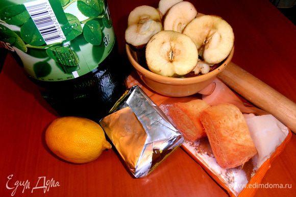 Продукты... Вполне хватит и пачки (0,5 кг) теста, но мне нужно было истратить уже очищенные яблоки, поэтому достала и вторую.