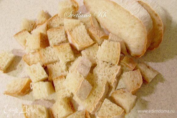 Лепешку или чиабату нарезать кубиками и выложить на сервировочное блюдо, разделив на 2 части. Искандер-кебаб всегда подают в продолговатых блюдах, обычно глиняных или из металла. У меня, конечно же, фарфор, так как глиняных не нашлось.