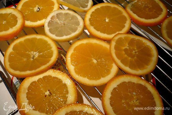 На следующий день фрукты вынимаем из сиропа (сироп сохраняем для пропитки коржей), выкладываем фрукты стекать на решетку. Оставляем на пару часов. Тем временем готовим ванильный бисквит.