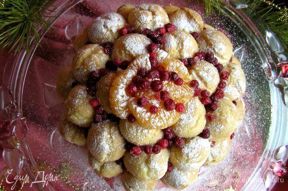 украсить дольками мандарина и брусникой. Посыпать сахарной пудрой и подавать! Приятных вам праздников! :)