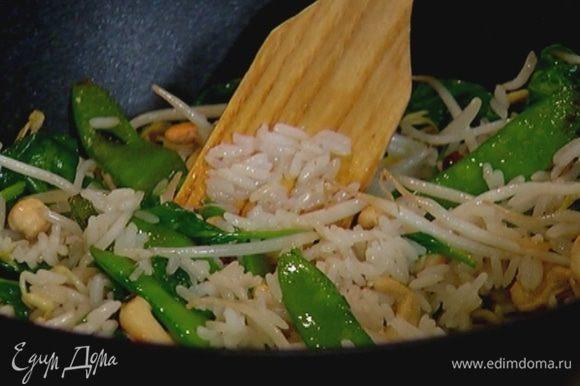 Выложить в сковороду отваренный рис, затем влить коньяк, перемешать и дать алкоголю выпариться.