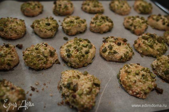 Выпекать печенье в разогретой духовке 7–8 минут.