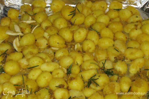 Выложить картофель на противень с фольгой или бумагой для выпечки. Запекать в разогретой до 200°С духовке 35-40 минут.
