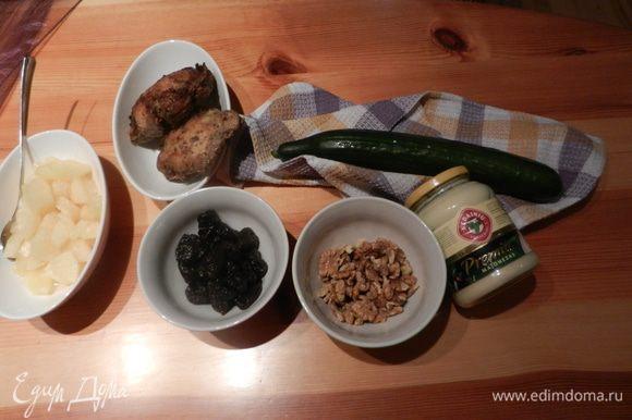 Удалить семена огурца, чтобы салат не получился водянистым. Всė порезать, положить майонез по вкусу и украсить грецкими орехами.