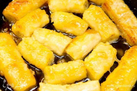 Бананы в карамели: Режем банан на крупные куски и укладываем в пустую форму (диаметром 18 см), чтоб измерить необходимое кол-во бананов. У меня получилось 5 бананов. Берем еще один, так как при карамелизации они немого уменьшатся в объеме. Кладем на сковородку масло и сахар. Как только сахар растворится, кладем бананы и обжариваем буквально по 30 секунд с каждой стороны. Пока Вы перевернете все бананы, нужно уже опять переворачивать на следующую сторону. Обжарить нужно со всех сторон. Отставляем в сторону и даем остыть.