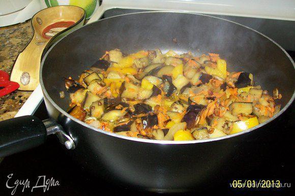 В большой сковороде обжариваем сначала чеснок ломтиком на сильном огне 3 мин, выбрасываем его... обжариваем лук кубиком несколько минут, добавляем к нему перец и баклажан, тоже кубиком порезанные... всё вместе обжариваем 5 - 7 минут...