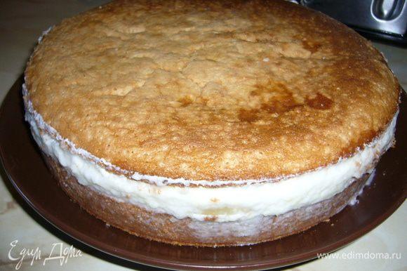 Когда суфле застынет, осторожно снять разъемную форму. Чуть смазать поверхность суфле взбитыми сливками. Крышку от бисквита. которую мы сняли с него в саморм начале приготовления торта, сбрызнуть второй половиной ликера и аккуратно положить на торт.