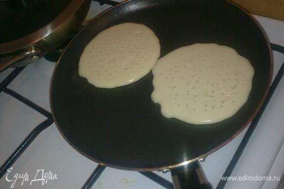 Разогреваем сковороду и печем небольшие блинчики, тесто гуще, чем на блины, но жиже, чем на оладья. Печем на медленном огне. Переворачиваем, когда на поверхности появляются пузырики.