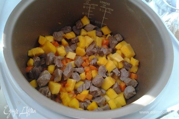 """На программе """"Жарка"""" обжариваем говядину в течение 10 минут, добавляем морковь, лук, тыкву и обжариваем еще 5 минут."""