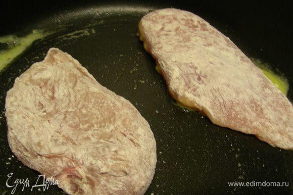 В миску всыпаем муку, приправляем щепоткой соли, а также молотым красным и белым перцем. Промытое и обсушенное филе обваливаем в муке. Обжариваем его ма смеси сливочного и растительного масла по 7 минут с каждой стороны. Перекладываем на тарелку.