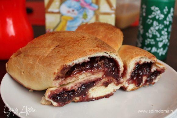 А еще вчера я делала потрясающе вкусный пирог с вишневым варенье и шоколадом от Елены (Azdora). Вот ссылка: http://www.edimdoma.ru/retsepty/50189-venok-s-domashnim-vishnevym-vareniem-i-shokoladom-iz-holodnogo-drozhzhevogo-testa Всем рекомендую испечь!!!