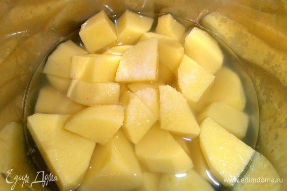 Картофель для быстроты нарезать на кусочки и отварить с крупной щепоткой соли.