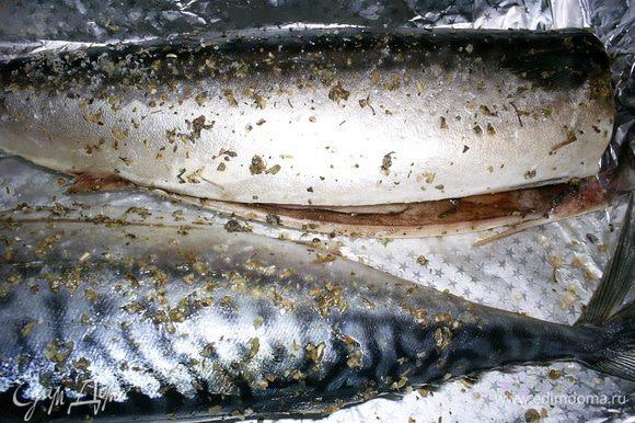 Нам понадобится свежая или предварительно размороженная скумбрия. Рыбу моем, удаляем голову и внутренности. Тушки натираем солью и приправой для рыбы внутри и снаружи. Отправляем в прохладное место мариноваться 20-30 минут.