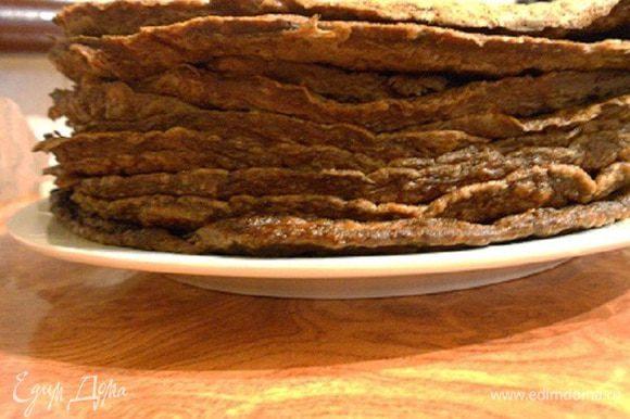 Из готовой смеси нужно испечь тонкие блинчики. Выкладываем на сковороду по 5 ст.л. смеси и разравниваем по сковороде ложкой, печем с двух сторон.