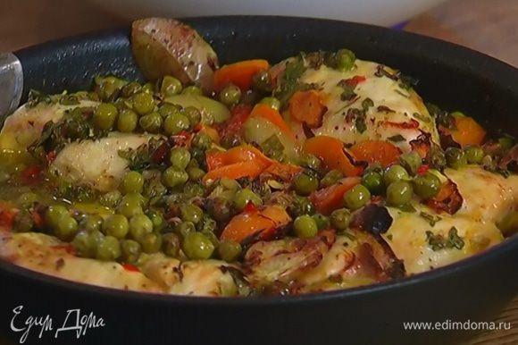 Поставить сковороду на 15 минут в разогретую духовку, затем понизить температуру до 160°С, полить курицу замоченным шафраном и запекать еще 10 минут, периодически поливая соусом.