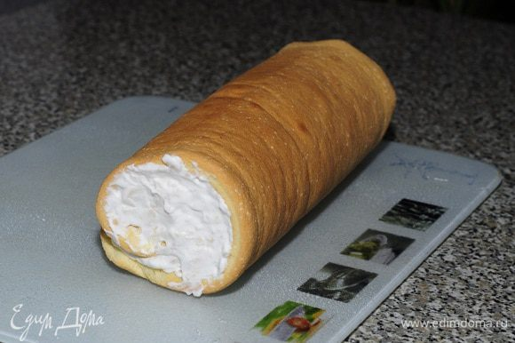 Начинить кремом бисквит и свернуть в рулет
