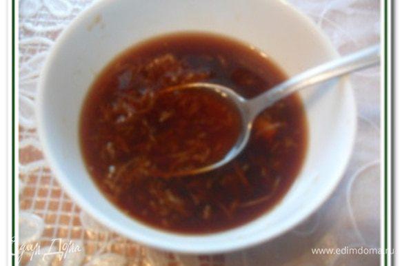 Имбирь натереть на мелкой терке. В чашке соединить имбирь, 1 ст.л. сахара, 2-3 ст.л. соевого соуса и ¼ стак. воды, тщательно перемешать.