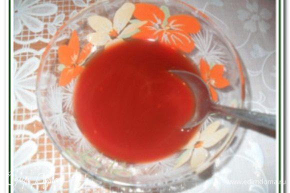 В отдельной чашке смешать лимонный сок, сахар, томатную пасту, воду и черный перец. Хорошо перемешать.