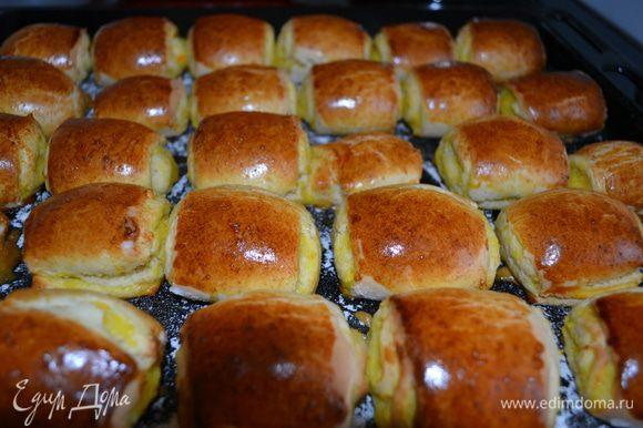 Начинка: из апельсина вынуть косточки, порезать на кусочки, в блендере взбить с кожурой, сахаром и крахмалом (я взбивала с медом вместо сахара). Тесто достать, раскатать выложить начинку, разровнять, завернуть в рулет, рулет готовый положить на время в холодильник, достать, порезать кусочками по 3-4 см, выложить на противень, посвпанный мукой, срезом вниз. Выпекать в духовке при температуре 220ºС около 15-20 минут.