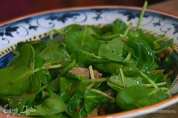 Шпинат выложить на блюдо, полить заправкой, добавить нарезанный язык и перемешать.