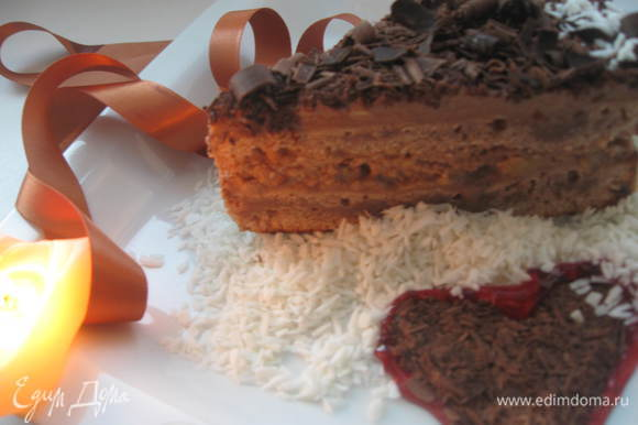 Для украшения торта используется соус дикой брусники, тертый шоколад и кокосовая стружка.