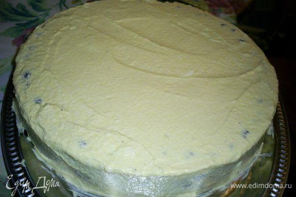 Смазываем кремом весь торт и оставляем в холодильнике до его полного застывания. Я оставляю торт там на ночь.