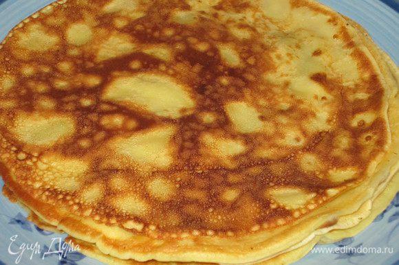 Разогреть сковороду (диаметром 20-22 см),смазать сливочным масло и жарить блинчики.