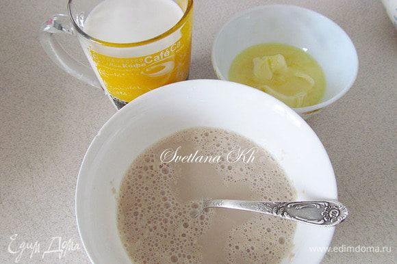 Дрожжевое тесто можно приготовить по своему любимому и проверенному рецепту. Мой вариант примерно таков.... Дрожжи растворить в небольшом количестве теплого молока, добавить ч.л. сахара. Дать подняться шапочкой.