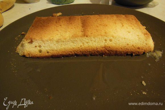 """Разреть бисквит на три пласта. Начинать пропитку сахарным сиропом. Мне нравится делать так как на фото. Потом остатками сиропа ложкой допропитываю то, что осталось сухим. Если любите очень """"мокрые"""" торты, то лучше сделать еще одну порцию сиропа."""