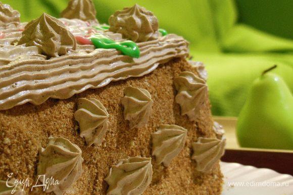 Поместить шоколадный крем в мешочек с насадкой и украсить верх торта. Остальное-по желанию. У меня вот сказочные розочки выросли и ежики какие-то :))))