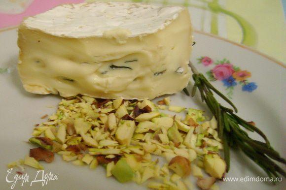 Мелко порезать фисташки и розмарин, руками покрошить сыр.