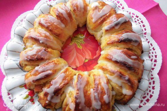 Готовый пирог аккуратно выложить на блюдо и украсить глазурью.