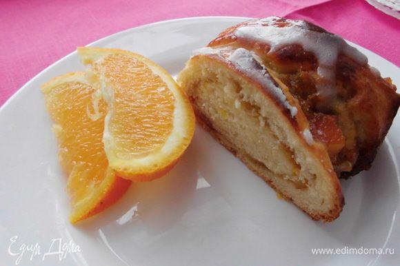 Очень советую украсить апельсином, который в данном случае служит не только элементом декора, но еще и вкусным дополнение к пирогу, который оттеняет сладкий вкус небольшой кислинкой. Приятного аппетита!