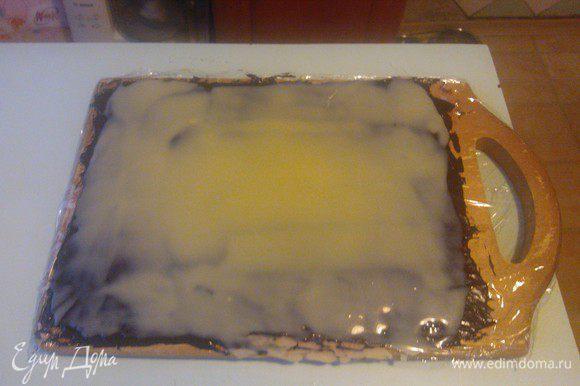 ... и равномерно распределить при помощи лопатки по всей поверхности. Теперь пусть наш будущий десерт отдохнет минут 5...