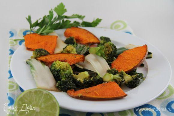 Выкладываем овощи на тарелки, можно украсить листьями кинзы и дольками лайма. Может быть самостоятельным овощным блюдом или гарниром к азиатским блюдам из мяса, птицы, рыбы. Приятного аппетита))