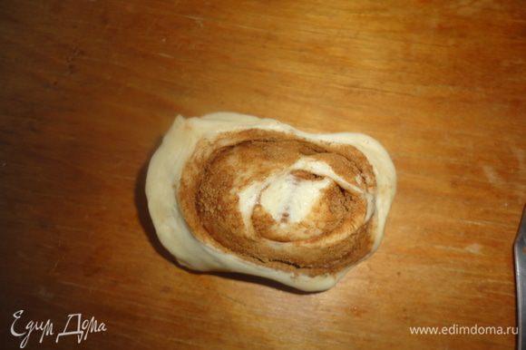 Из оставшегося теста сделайте булочки с корицей.