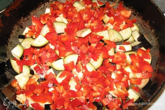 А морковь с тыквой тушатся. К луку с сельдереем тут же выкладываем баклажан и паприку - делаем огонь по-максимуму и, быстро мешая, обжариваем пару минут, как паприка сок пустит - перекладываем в казан.