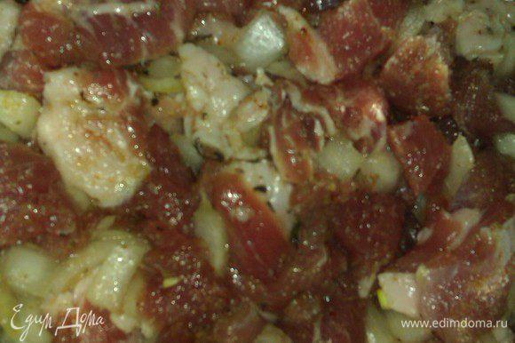 Мясо промыть, просушить, нарезать ломтиками. Лук нашинковать. Маринуем в емкости: лук, чеснок(гранулы) ст л, имбирь сушеный (гранулы) щепотка, аджика сушеная, куркума и лавровый лист (порошок), укроп, петрушка сельдерей (сушеные и измельченные ), черный перец, соль, ломтики мяса, оливковое масло – все перемешать, убрать на 30 мин в холодильник. Можно и больше.